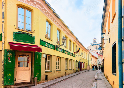Foto auf AluDibond Gezeichnet Straßenkaffee Ancient street in Old city center in Vilnius Lithuania