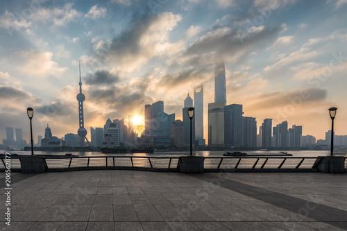 Sonnenaufgang über dem modernen Zentrum von Shanghai, Pudong, China