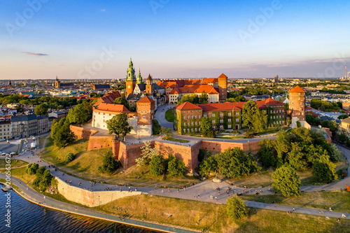Fotobehang Historisch geb. Poland. Krakow skyline with Wawel Hill, Cathedral, Royal Wawel Castle, defensive walls,Vistula riverbank, park, promenade, walking people. Old city in the background