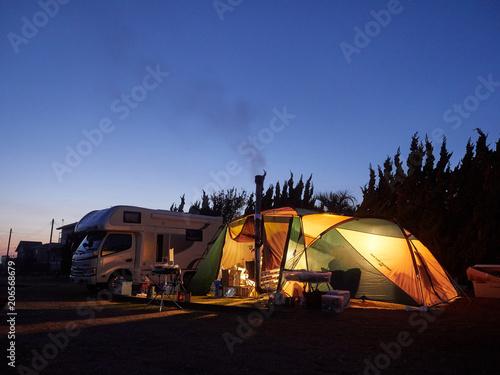 Photo  日没後のブルーモーメントに包まれるキャンプのテント