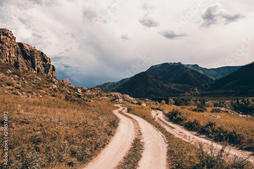 Droga w terenie górzystym. Malowniczy krajobraz przyrody Ałtaju.