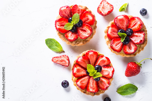 Cuadros en Lienzo Strawberry tart on white.