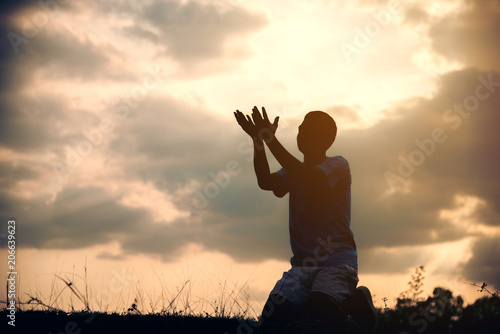 Photo  Silhouettes Muslim prayer,the light of faith, hope, faith, supplication,Concept