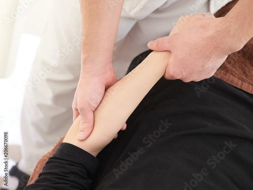 Photo 腕の指圧の施術を受ける女性
