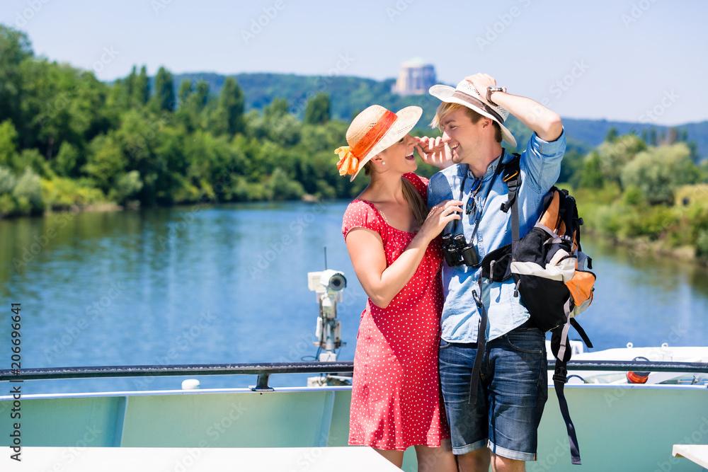 Fotografia Happy couple on river cruise wearing sun hats in summer