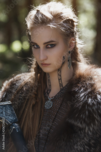 Photo  Viking woman with hammer wearing traditional warrior clothes in a deep mysterious forest