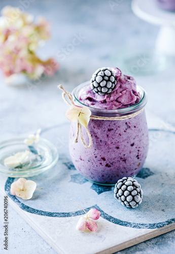 Sommerliche Nicecream mit Brombeeren im Glas - gesund und vegan