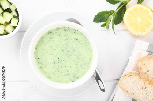 Frische hausgemachte kalte Cremesuppe aus Gurke, Joghurt, Minze und Zitrone (Selektiver Fokus, Fokus auf die Suppe)
