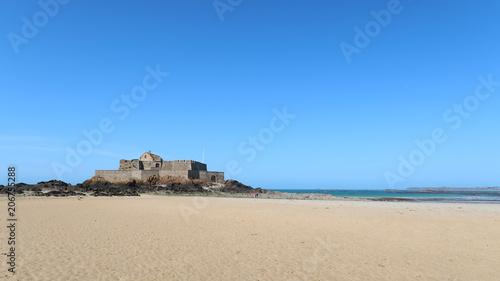 Poster Maroc Saint-Malo, vue sur le Fort National et la plage du Sillon sous un ciel bleu (France)