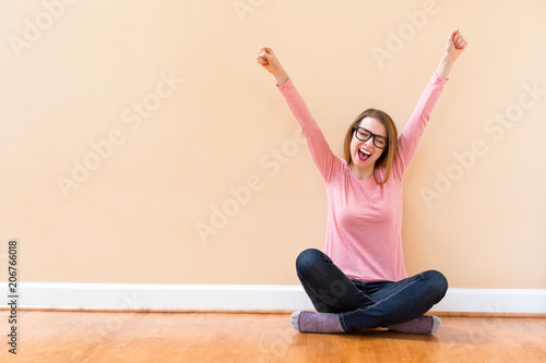 Photo  Happy young woman cheering with her arms in the air