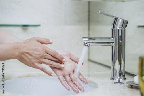 Fotografie, Obraz  女性の手 洗面台