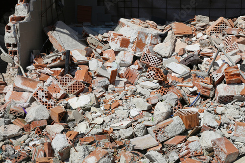 Fotografía  bricks of a completely destroyed wall of a house