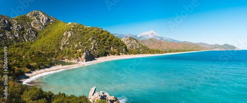 Fototapeta premium Widok z lotu ptaka Cirali Beach od starożytnych ruin Olympos, Antalya Turcja