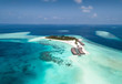 Tropische Insel auf den Malediven, Süd Ari Atoll, mit türkisem Meer und feinen Sandstränden