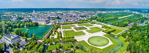 Foto  Aerial view of Chateau de Fontainebleau with its gardens, a UNESCO World Heritag