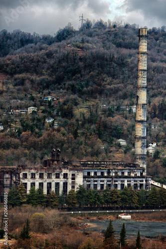 Papiers peints Les vieux bâtiments abandonnés Abandoned factory in mountains.