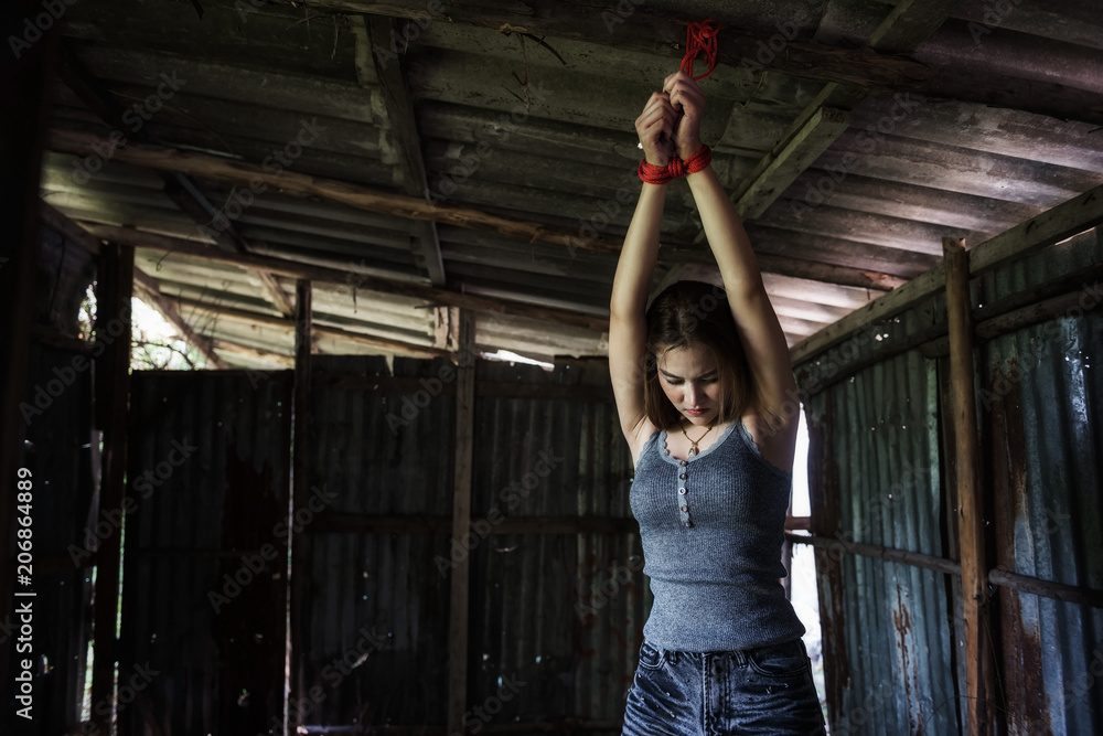 Девушку привязали за руки к столбу и приковали железными цепями перед жесткой оргией