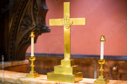 Foto Religion symbols at church altar cross and candles