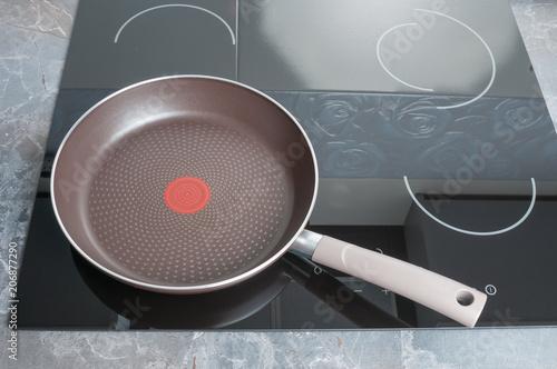 Cuadros en Lienzo Empty frying pan on electric stove