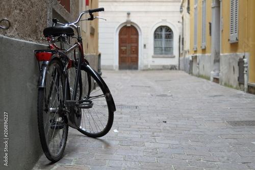 bicicletta nera vintage appoggiata al muto città antica