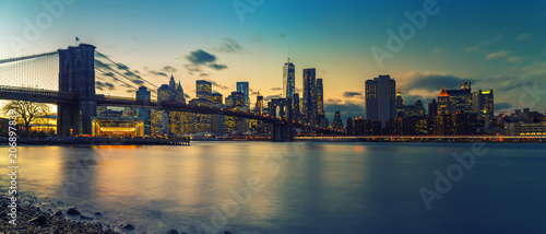 Foto op Plexiglas New York City Brooklyn bridge and Manhattan after sunset, New York City
