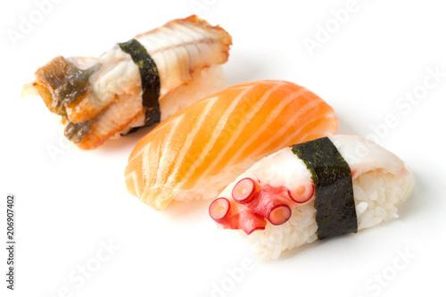 trzy-kawalki-sushi-na-bialym-tle