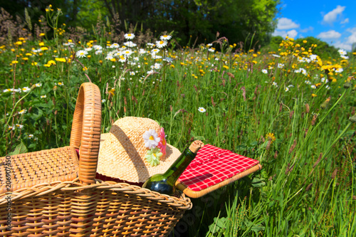 Türaufkleber Picknick Picnic basket in summer flower field
