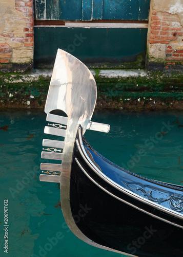 Foto  Proa Típica de una Góndola Navegando por un Canal de la Ciudad de Venecia, Itali