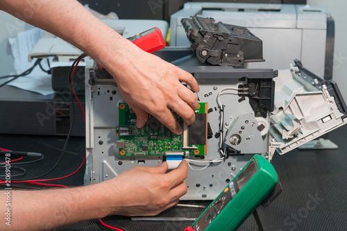 Fotografía  Repair of laser printer, disconnection of wiring ribbon cable.