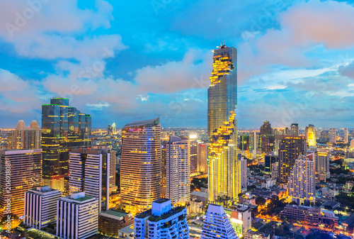 Foto op Plexiglas Chicago Skyline of big city full of skyscrapers in the business district of Bangkok at night.