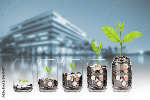 Fotografía mix coins and seed in clear bottle on cityscape photo blurred cityscape backgrou