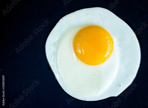 Foto op Plexiglas Gebakken Eieren Fried egg isolated on black background