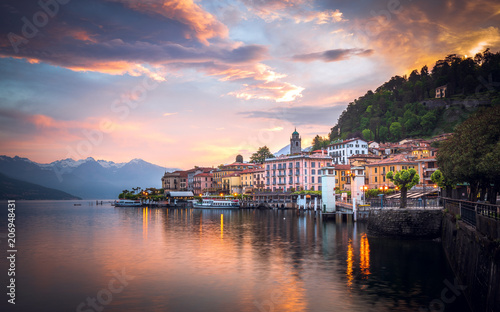 Photo Romantic sunrise at Bellagio, Lake Como, Italy