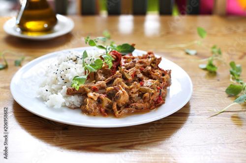 Foto op Plexiglas Buffet, Bar Szybki obiad. Gulasz z warzywami podany z ryżem.