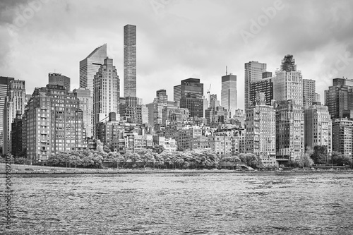 Foto op Plexiglas New York City Black and white picture of the New York City skyline, view from the Roosevelt Island, USA.