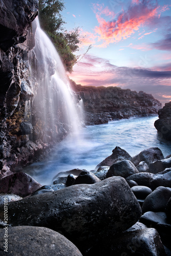 Photo sur Toile Lavende Waterfall at Queen's Bath during Sunset, Kauai, Hawaii