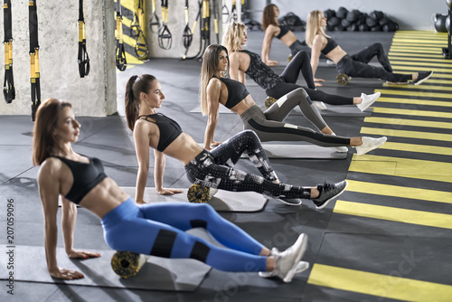 Poster Fitness Sportive girls training in gym