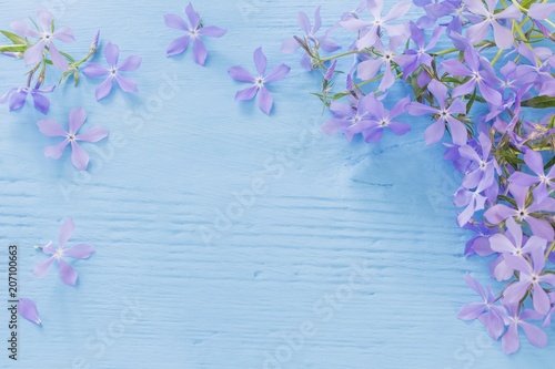 Photo Periwinkle flowers on a wooden background