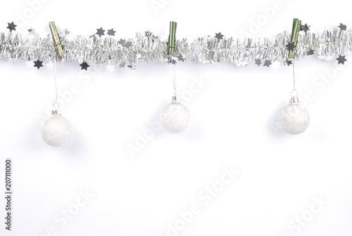 Fotografie, Obraz  Weihnachtsgirlande mit Kugeln auf weiss