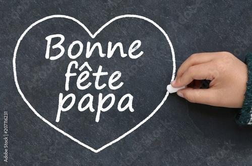 Photo  Main d'enfant écrivant bonne fête papa et dessinant un cœur à la craie sur une a