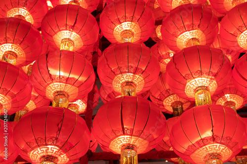 Eine Reihe von roten Laternen in der Nacht Fototapete