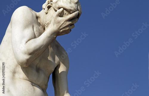 Foto  Facepalm statue - disbelief, sadness, depression