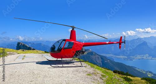 Poster Helicopter Bergpanorama vom Schafberg in Österreich mit geparkten Helikopter
