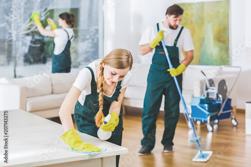 Fotografia  Cleaning service employees with professional equipment cleaning a private home a