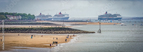 Fototapeta Queen Mary2, Queen Elizabeth and Queen Victoria in Liverpool to Celebrate the 17