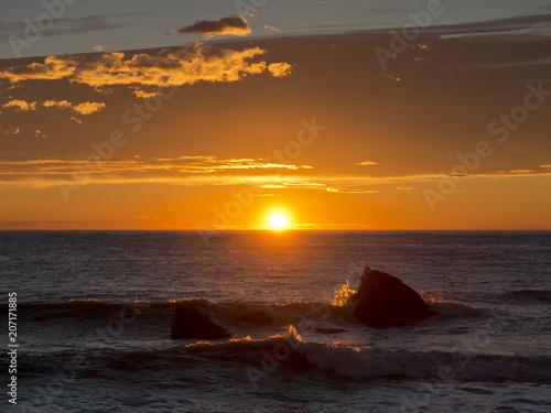 Photo sur Toile Nautique motorise Tramonto sul mare con scogli e nuvole