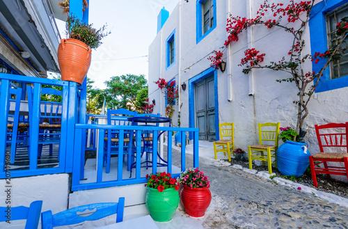 piekna-ulica-z-kwiatami-w-starym-miasteczku-kos-w-grecji