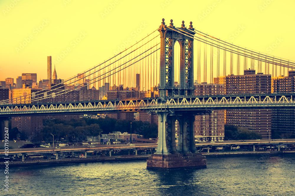 Manhattan Bridge podczas zachodu słońca