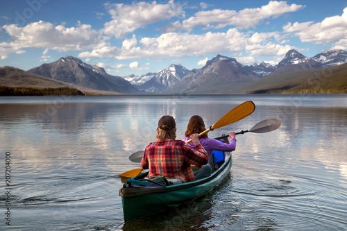Photo sur Toile Amérique Centrale Adventurous traveling couple rowing a boat on a perfect scenic lake in a beautiful national park