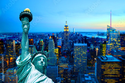 Keuken foto achterwand Seoel manhattan new york city skyline statue of liberty sunset dusk night